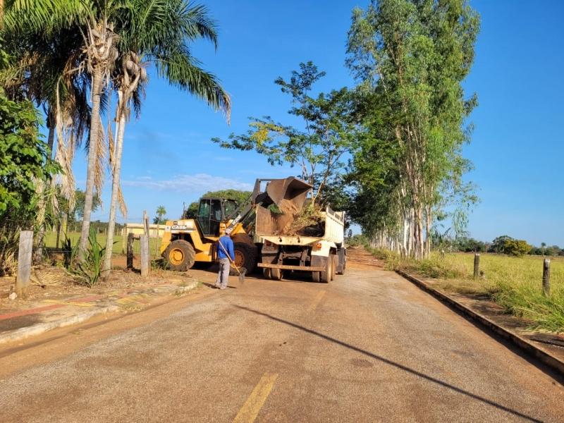 Secretaria de Obras realiza trabalhos de limpeza no município